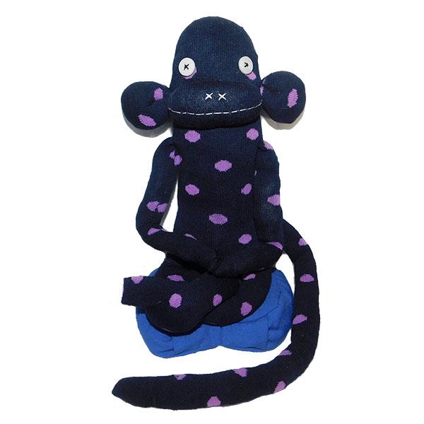 Muñeco mono de algodón azul oscuro con puntos violetas